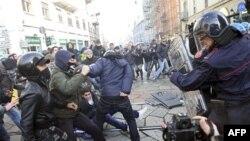 Cảnh sát đụng độ với người biểu tình ở Milan, 17/11/2011