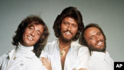 Ban nhạc Bee Gees (từ trái): Robin Gibb, Barry và Maurice Gibb