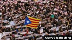 """Manifestants brandissant des banderoles sur lesquelles on peut lire """"Les prisonniers politiques de la liberté, nous sommes la République"""", rassemblés sur la place Sant Jaume lors d'une manifestation lors d'une grève régionale partielle à Barcelone, en Espagne, le 8 novembre 2017."""