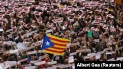 """Para pemrotes memasang spanduk bertuliskan """"Freedom Political Prisoners, We are Republic"""" saat mereka berkumpul di alun-alun Sant Jaume pada aksi demo dalam aksi mogok di Barcelona, Spanyol, 8 November 2017."""