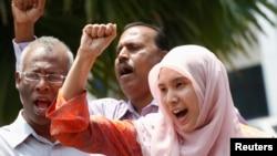 Nurul Izzah Anwar (kanan), putri pemimpin oposisi Malaysia, Anwar Ibrahim, di Kuala Lumpur, Malaysia, 17 Maret 2015. (Foto: dok).