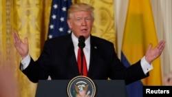 Presiden AS Donald Trump dalam konferensi pers di Gedung Putih hari Kamis (18/5) bersama Presiden Kolombia (tidak tampak).