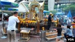 泰国曼谷四面佛8.17恐怖爆炸事件发生后,前来进香许愿的民众仍然络绎不绝,中国游客也在其中。(美国之音朱诺拍摄)