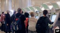 مسافرین تازه وارد شده به ایالات متحده در میدان هوایی لاس انجلس