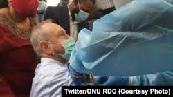 Mokambi molandi ya misala ya ONU na RDC,David McLachlan-Karr apesami mangwele AstraZeneca ya COVID-19 na Kinshasa, 19 avril 2021. (Twitter/ONU RDC)
