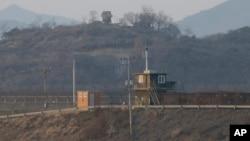 한국 경기도 파주 비무장지대(DMZ)에서 남북 초소가 마주보고 있다.