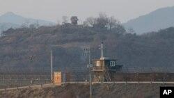 한국과 북한 사이 비무장지대(DMZ) 경기도 파주 구간에서 양측 초소가 마주보고 있다. (자료사진)
