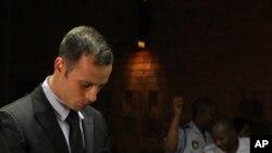 Oscar Pistorius saat mengikuti sidang di pengadilan Pretoria, Afrika Selatan (20/2).