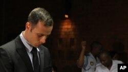 La defensa sostiene que Pistorius disparó a su ex pareja pensando que se trataba de un intruso.