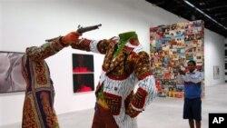រូបភាពឯកសារ៖ ស្នាដៃសិល្បៈដែលផ្គុំឡើងដោយសិល្បករកេនយ៉ា Yinka Shonibareនៅឯពិធីពិព័រណ៍ Biennale លើកទី៥២ ក្នុងទីក្រុង Venice ប្រទេសអ៊ីតាលី កាលពីខែមិថុនា ឆ្នាំ២០០៧។