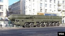 2012年5月莫斯科紅場閱兵彩排中展示的俄軍白楊-M洲際戰略導彈。蘇聯解體前,烏克蘭南方機械廠參與了這種導彈的開發研製。(美國之音白樺拍攝)