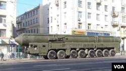 2012年5月莫斯科红场阅兵彩排中展示的俄军白杨-M洲际战略导弹。苏联解体前,乌克兰南方机械厂参与了这种导弹的开发研制。(美国之音白桦拍摄)