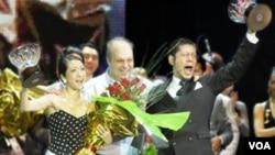 Kyoko Yamao y Hiroshi Yamao recibieron el premio de manos de Hernán Lombardi, el ministro de Cultura porteño y titular del Ente Turismo de Buenos Aires.