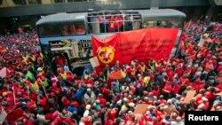 اعضای اتحادیه ملی فلزکاران در اولین روز اعتصاب سراسری در ژوهانسبورگ -- ۱۰ اسفند ۱۳۹۲ (۱ مارس ۲۰۱۴)
