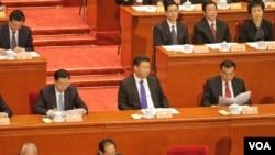 习近平率众常委及政治局委员出席全国政协会议开幕式(2016年3月3日 美国之音金子莹拍摄)