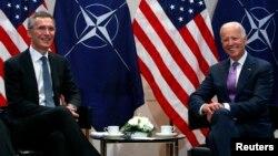 Arxiv surat. AQSh vitse-prezidenti Jo Baydenning (o'ngda) 2015-yilda NATO Bosh kotibi Yens Stoltenberg bilan Myunxendagi uchrashuvi