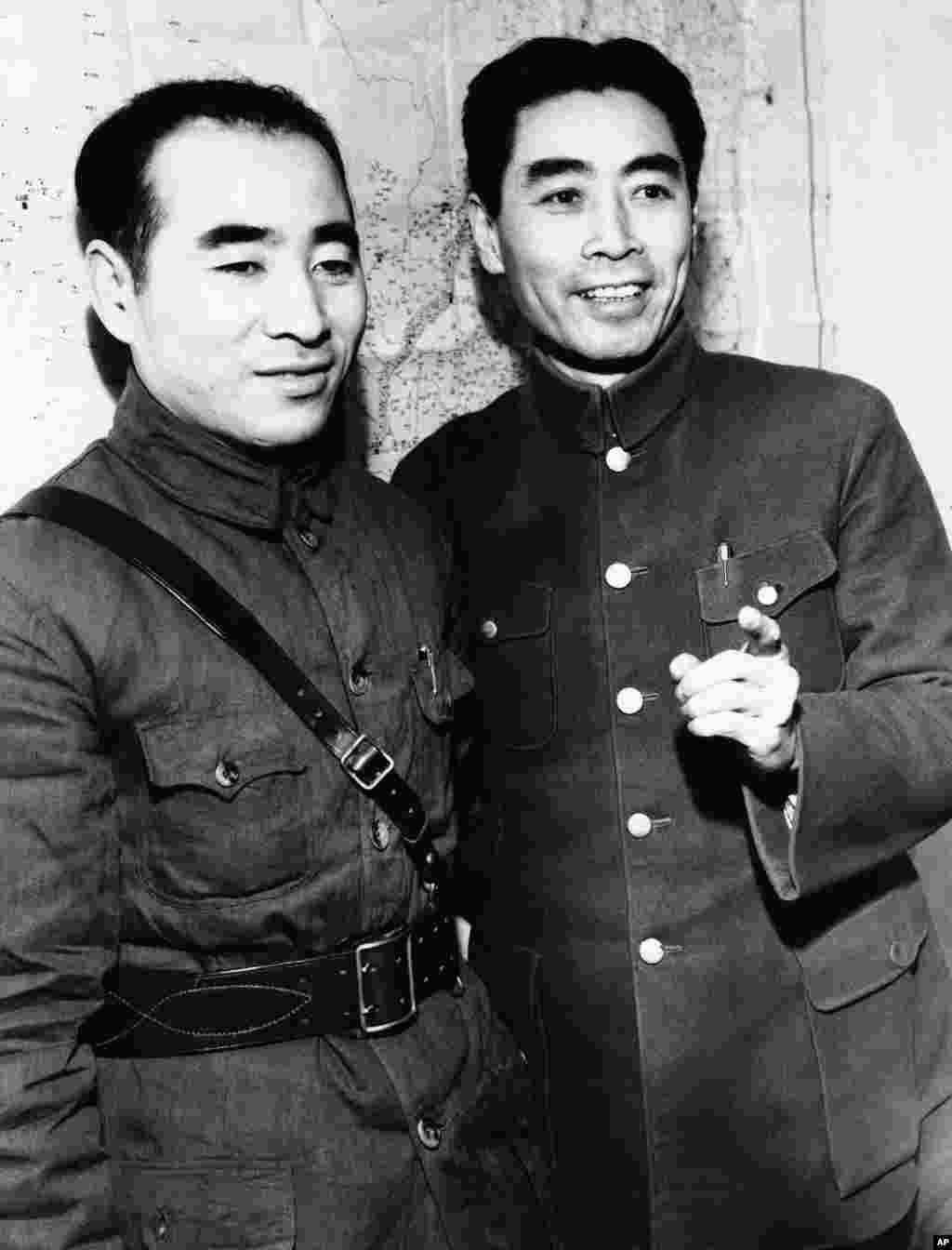 1943年5月6日,身穿国军军服的林彪将军和周恩来。 两人在文革中关系良好,直到林彪失势。周恩来的地位在文革前一直在林彪之上,后来林彪跃升为毛的接班人,而周恩来继续是第三号领导人,避开了在专制体制和强人手下当第二把手和接班人的结构性风险:接班人不强大则无法接班,如同毛泽东一度选择的王洪文;而太强大则功高震主,势大压主,名高盖主,被主上担心抢班夺权而加以打压,如刘少奇和林彪。