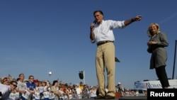 Romney en un acto de campaña junto a su esposa.