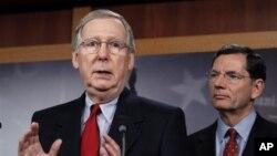 Anggota Senat AS dari partai Republik, Mitch McConnell (kiri) dan Senator John Barrasso (kanan) (Foto: dok).