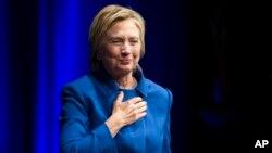Bà Hillary Clinton bước lên sân khấu chuẩn bị phát biểu tại một sự kiện ở thủ đô Washington, ngày 16 tháng 11, 2016.