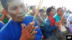 柬埔寨農民週四早上在首都金邊一個佛教寺廟裡祈禱﹐抗議農村地區面臨的困境