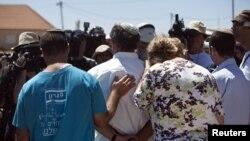 Warga Israel memrotes pengusiran mereka dari permukiman Migron, di Ramallah, Tepi Barat (2/9).
