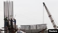 Tư liệu - Công nhân cắm cọc thép tại công trường thi công một cầu vượt ở Hà Nội, ngày 31 tháng 3, 2012.