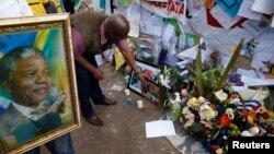 Dân Nam Phi mang hoa tới đặt bên ngoài bệnh viện nơi ông Mandela đang được điều trị ở Pretoria.