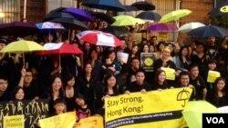 Người ủng hộ các cuộc biểu tình đòi dân chủ ở Hong Kong tập trung bên ngoài Tòa nhà Ngoại giao của Hong Kong ở thủ đô Washington trước khi tuần hành tới Tòa Bạch Ốc, ngày 1/10/2014.
