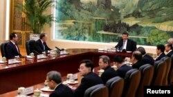 시진핑 중국 국가주석이 지난15일 미-중 고위급 협상을 위해 중국을 방문한 스티븐 므누신 재무장관(왼쪽)과 로버트 라이트하이저 무역대표부(USTR) 대표(왼쪽 두 번째) 등을 비롯한 미 협상단을 베이징 인민대회당에서 만나고 있다.