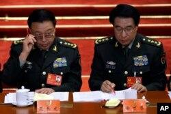 2012年11月8日中共十八大开幕式上徐才厚(右)和即将接替他担任军委副主席的范长龙(左)