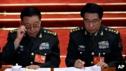 2012年11月8日中共十八大开幕式上徐才厚和即将接替他担任军委副主席的范长龙(左)