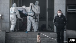 چین میں ایک متاثرہ شخص کو اسپتال منتقل کیا جارہا ہے