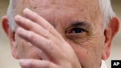 El papa Francisco da la bendicion a los fieles durante la audiencia del miércoles en el Vaticano.