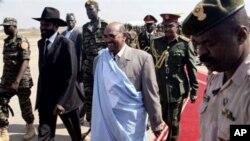 Rais wa Sudan Omar al-Bashir, kati, akisindikizwa na Makamu Rais Salva Kiir Mayardit, alipowasili uwanja wa Juba Januari 4, 2011 na kuahidi kuunga mkono maamuzi ya Sudan Kusini.