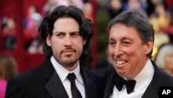 آرشیو - جیسون رایتمن کارگردان (چپ) همراه با پدرش ایوان رایتمن کارگردان سری فیلم های «شکارچیان روح»
