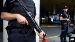 Policiers à l'aéroport Ataturk d'Istanbul, après un attentat meurtrier, 30 juin 2016.