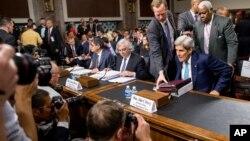 Слева направо: министр финансов США Джек Лью, министр энергетики США Эрнест Мониц и госсекретарь США Джон Керри в Комитете по иностранным делам Сената США. Вашингтон. 23 июля 2015 г.