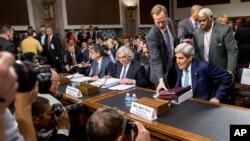 존 케리 미 국무장관과 어니스트 모니즈 에너지장관, 제이콥 루 재무장관(오른쪽부터)이 23일 이란 핵 합의에 관한 의회 청문회에 출석했다.