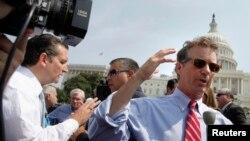 Thượng nghị sĩ Cộng hòa Tec Cruz (trái) và Rand Paul nói chuyện với phóng viên báo chí