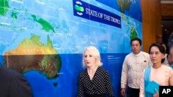 ပါေမာကၡ Sandra Harding (လယ္) နဲ႔ ေဒၚေအာင္ဆန္းစုၾကည္တို႔ State of the Tropics အစီရင္ခံစာ ထုတ္တဲ့အခမ္းအနား တက္ေရာက္လာစဥ္။ (ဂၽြန္ ၂၉၊ ၂၀၁၄)