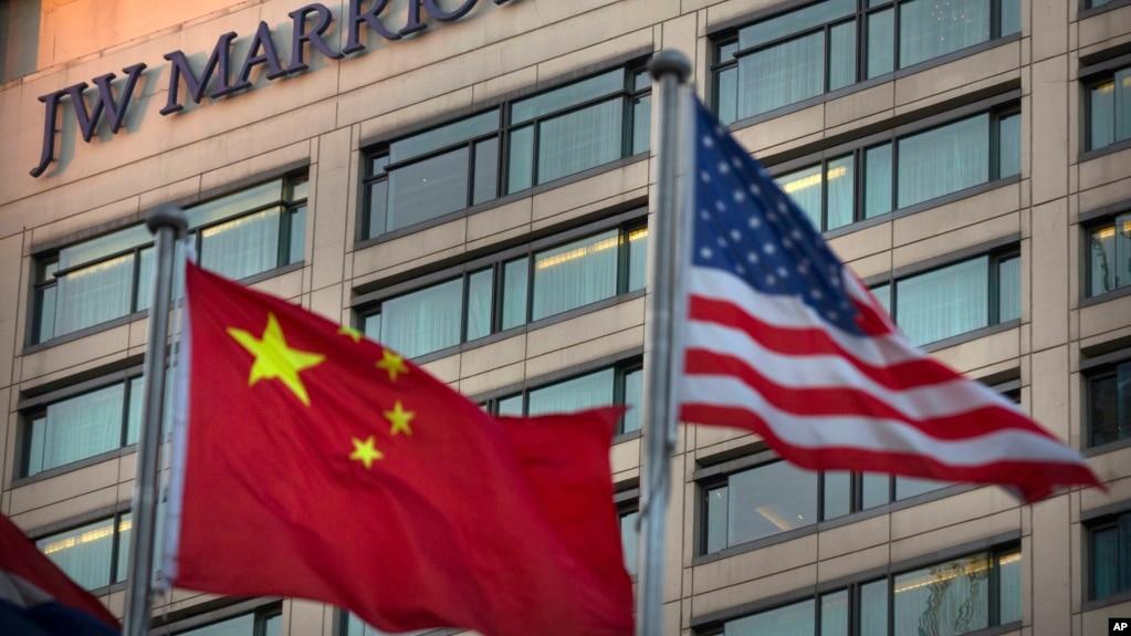 """中國和美國的國旗飄揚在北京JW萬豪酒店外(2018年1月11日)。 當天,萬豪連鎖酒店因為其網站將台灣、西藏、香港、澳門等列在""""國家""""選項而向中國政府道歉。"""