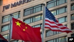 """中国和美国的国旗飘扬在北京JW万豪酒店外(2018年1月11日)。当天,万豪连锁酒店因为其网站将台湾、西藏、香港、澳门等列在""""国家""""选项而向中国政府道歉。"""