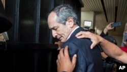 Petugas kepolisian menggeledah mantan Presiden Guatemala, Alvaro Colom, sebelum mengawalnya menuju pengadilan di Guatemala City, Selasa, 13 Februari 2018 (foto: AP Photo/Luis Soto)