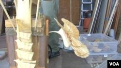 Ptica isklesana od jednog komada drveta, bez upotrebe lepka.