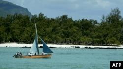 Un bateau le long des cotes mauriciennes, 13 novembre 2003.