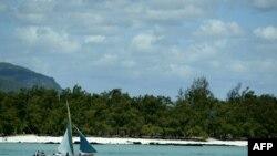 Un bateau le long des côtes mauriciennes, 13 novembre 2003. REUTERS/Darrin Zammit Lupi