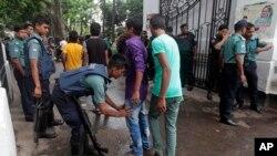 Polisi Bangladesh memeriksa para pengunjung yang akan menghadiri pengadilan khusus kejahatan perang di Dhaka (foto: dok).