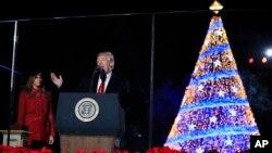 El presidente Donald Trump y su esposa Melania encabezaron la ceremonia anual de iluminación del Árbol de Navidad Nacional frente al jardín sur de la Casa Blanca.