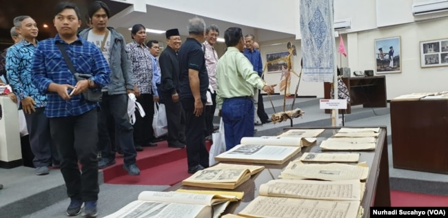 "Sejumlah buku kuno juga dipamerkan dalam pameran ""Masa Depan Islam di Indonesia"" yang berlangsung mulai 15 Juli-15 Agustus 2019 di Auditorium Gedung Yayasan Badan Wakaf Universitas Islam Indonesia (UII), Yogyakarta. (Foto: Nurhadi Sucahyo/VOA)"